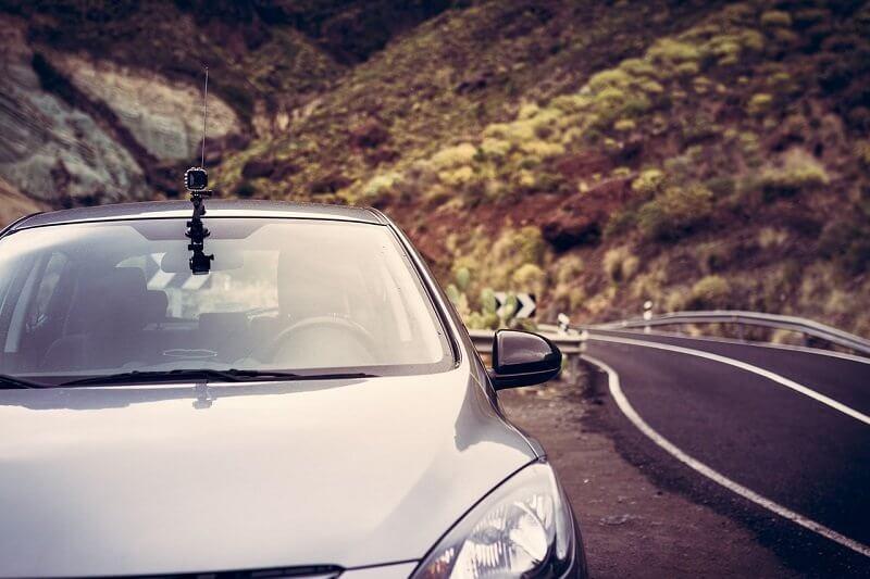 Srebrny samochód na górskiej drodze